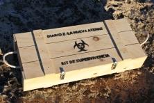 """Detalle caja - Kit de Supervivencia Zombie del libro """"Diario Z: La Nueva Atenas"""""""